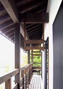 二階のベランダ、木製の物干し掛けが楽しい