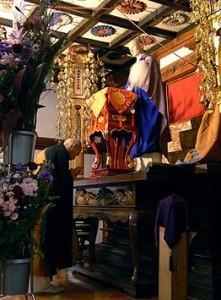 住職となる関門、須弥檀に立って禅問答を受ける。入れ替わり立ち替わり僧侶たちから発せられる厳しい問いに真剣勝負で答える深山光信住職。