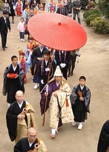 多くの檀家さんに囲まれて山門に長昌寺に向かう水谷和尚