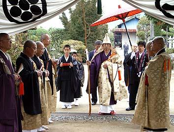 三門の前での儀式の様子