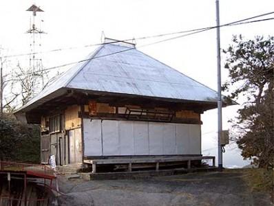 「観音堂 着工前外観」茅葺き屋根はトタンでおおわれていました。