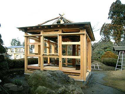 二重の屋根構造になっている 勾配の緩い船底天井とその上に茅葺きのサス組