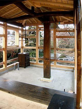 大黒柱、梁、桁、テーブル、框、地板、そして古い型の冷蔵庫などに古材使用