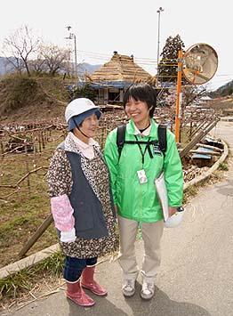 地元の中村サト子さんとNPO事務局員の柳通さん