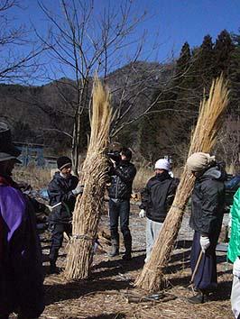 作業前に、茅葺き職人の杉嵜さんから茅刈りの要領を聞く
