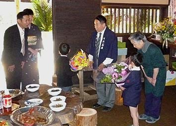 12代目店主山本達雄さんへ息子の聡さんから感謝の言葉。続いてやがて14代目を継いでくれるお孫さんから花束が贈呈されました
