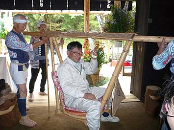 籠に乗せられ照れる現場監督の中村政広さん、長い間ご苦労様でした