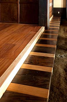 改築前の建物の縁板を再利用、力強い質感とデザイン