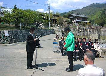 「元気な上条を作る会」を代表して上条地区の羽柴正良前組長さまからNPO代表の石川が感謝状をいただきました。