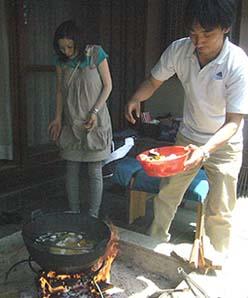 メインディッシュには、母屋の縁先にある石のイロリで手打ちの「ほうとう」料理