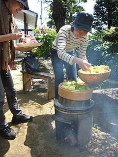 もう一品は薪を焚いてセイロで野菜と豚肉をダイナミックに蒸しました