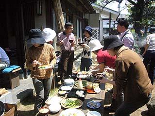 参加者が自ら作り自ら食す今回の会は、天気にも恵まれ楽しい時間となりました