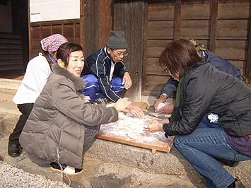 皆で、あべかわ餅、あんころ餅、いそべ餅、関西風丸餅のお雑煮などを作りました