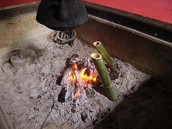 竹筒の熱燗は庫裏の囲炉裏でこのように作られました