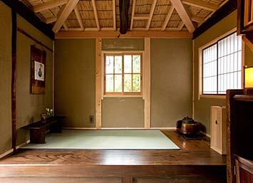 畳一帖を框と地板で囲む、左手に置き床、右手に茶釜