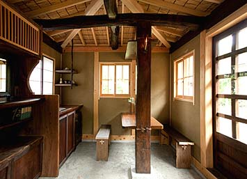 柱、梁、桁、框、地板、棚、テーブル、障子、板戸、蔵戸、腰かけ、鏡などに古材が使用されました