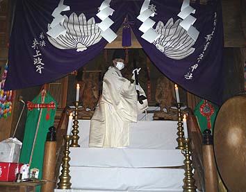 信者の方々が見守る中で御神体を仮にお移しする儀式が行われました