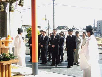 4月3日に一宮浅間神社神主の古屋真弘様他をお招きして遷座祭が行われました。山日YBSグループの代表の野口英一様、㈱山梨放送の中村一政専務様をはじめ多くのスタッフの皆様が一堂に会し、賑々しく行われました。
