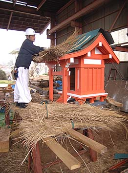 本殿の茅葺き屋根を葺く様子