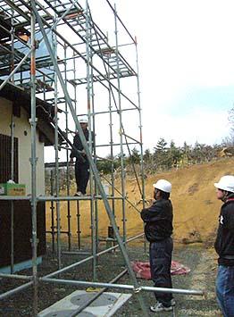 松本安全コンサルタントによる抜き打ちの社内安全パトロール。問題個所の指摘を受ける(甲州市内の仏堂修復の現場)