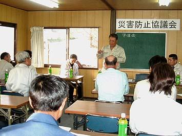現場監督と協力会社が一堂に会して毎月災害防止協議会が開かれている(藤木資材置き場のミーティングルームにて)松本安全コンサルタントによる講話