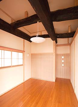 二階寝室(天井に古材の古い梁組)