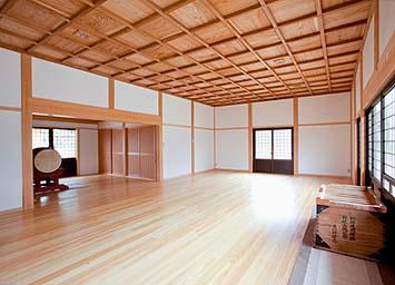 拝殿内部 格天井は既存建物のものを再使用