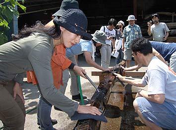 特殊な水ヤスリを使ってチョウナの痕を削り出す作業
