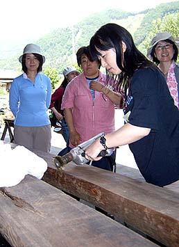 シンチュウのホイールで古材を磨く