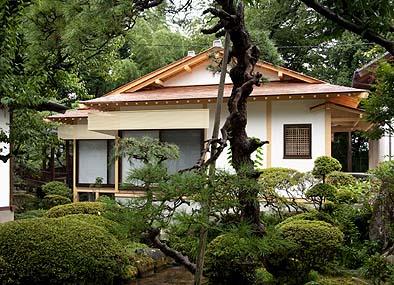 南側景観 雁行する建物は庭に面して広い開口をとる
