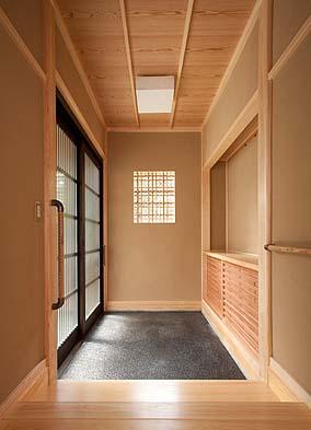 玄関 入って正面に飾り棚 南面して下地窓を穿つ