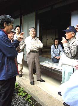 中村一仁さん宅を訪問、かつての養蚕の暮らしを熱心に聞く