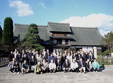 第二日、甘草屋敷前庭で記念撮影 総勢40名を上回る参加者がありました