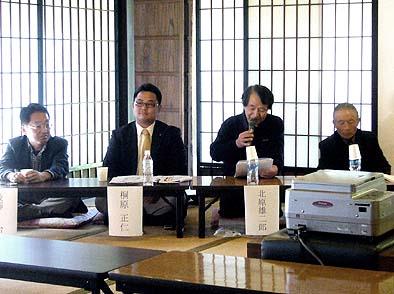 パネラーとして、向かって右から上条組の中村一仁さん、同じく北原雄二さん、市会議員の桐原正仁さん、つづいてコーディネーターとして工学院大学の後藤治教授