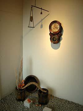 エントランスに時計と天秤の飾り付け