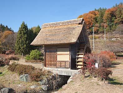 屋根の修理が終わった水車小屋