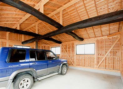 車庫竣工 内観 太い古材の梁が再利用されました