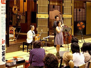 佐藤正美(ギター)、片山叔美(ボーカル)