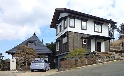 移築完成した蔵のゲストハウス、左手奥に再生民家の主屋