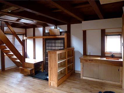 竣工・一階内観、玄関戸の古い蔵戸は伝匠舎古材ギャラリーで調達いただきました