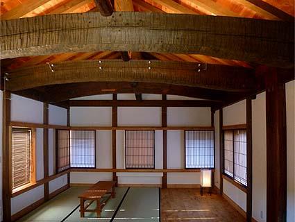 竣工・二階内観、太い2本の大梁と太い棟木は伝匠舎古材ギャラリーで調達いただきました