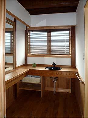 洗面脱衣室、窓から富士山が望める