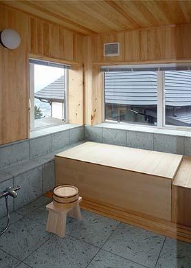 浴室、伊豆石と桧板との快い室内、窓からは富士山が望める