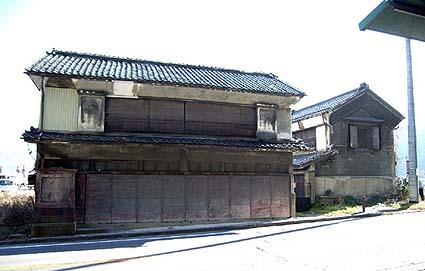 山梨県南巨摩郡鰍沢町にあった富士川水運の蔵、今回は向かって右の一棟が使われました