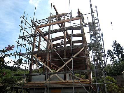 現地での建て方の様子、伝匠舎は解体から建て方までを担当しました