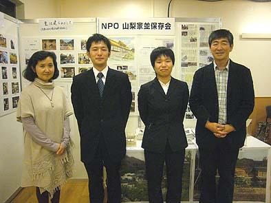 スタッフ紹介 右から社長、社員の柳通、工学院大学の高山さん、社長夫人の順子さん