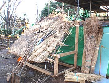 茅葺きの道具と茅葺きの説明用模型