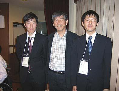 工学院大学の高山君と門主君と、中央は弊社社長の石川