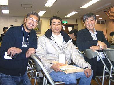 中央に美山町の茅葺き職人西尾さん、左は修行中の市川さん、右は社長の石川