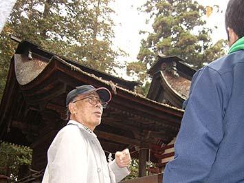 山梨市の窪八幡神社にて、熱心に解説をされる畑野先生